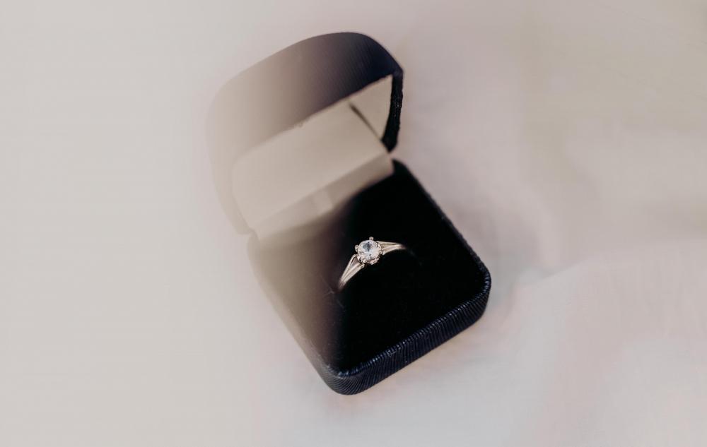 cómo elegir un anillo de diamantes Tiffanys Cartier Van Cleefs